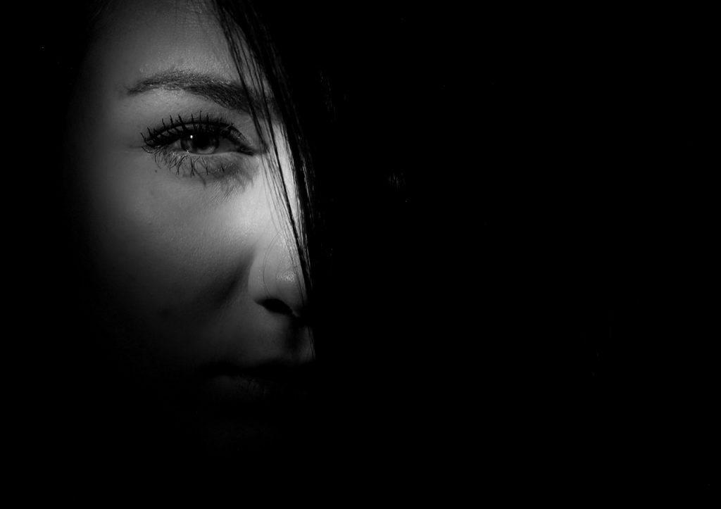 半分は秘密。女の顔の片側が闇。