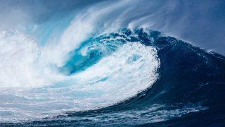 押し寄せる大波