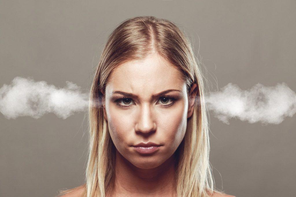 不満で耳から蒸気が吹き出た女性
