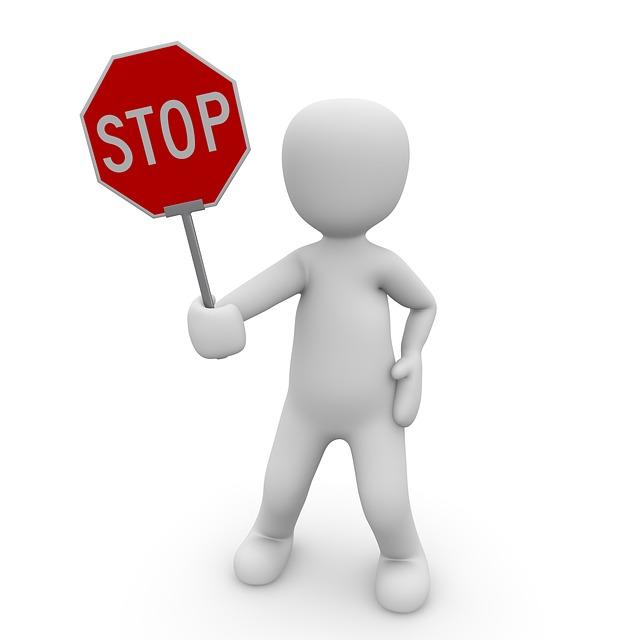STOPの看板を持って制止する人