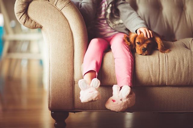 ソファに座る子供